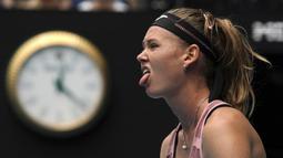 Ekspresi Marie Bouzkova saat bertanding melawan Naomi Osaka pada pertandingan putaran pertama tenis Australia Terbuka di Melbourne, Australia, Senin (20/1/2020). Osaka memastikan kemenangan ketika pukulan backhand Bouzkova melebar setelah bermain selama 80 menit. (AP Photo/Lee Jin-man)