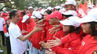 Presiden Joko Widodo bersalaman dengan atlet saat melepas Kontingen Indonesia ke Asian Games 2018 Jakarta dan Palembang di Halaman Tengah Istana Merdeka, Jakarta, Rabu (8/8). Sebanyak 904 atlet dan official dilepas Presiden. (Liputan6.Com/HO/Ricardo Edo)