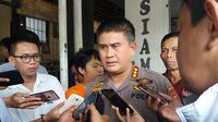Kepala Bidang Humas Polda Sulsel, Kombes Pol Dicky Sondani mengatakan saat ini Polda Sulsel sementara menyelidiki laporan dugaan praktek dokter gadungan di Kantor PT. Pelni Persero Kota Makassar (Liputan6.com/ Eka Hakim)