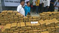 Polisi awalnya menangkap dua kurir ganja itu berboncengan menuju tempat pembelinya. Saat itu, mereka membawa 20 kilogram ganja. (Liputan6.com/Reza Efendi)