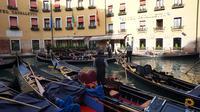 Para pendayung gondola atau gondolier menunggu penumpang di salah satu dermaga yang berada di depan sebuah hotel mewah di Venesia (Marco Tampubolon / Liputan6.com)