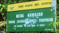 Plang perbatasan Taman Nasional Bukit Tiga Puluh di Riau. (Liputan6.com/M Syukur)