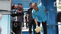 Kepala BNN Komjen Pol Heru Winarko bersiap memasukkan barang bukti narkoba jenis sabu ke dalam mesin pemusnah di Kantor BNN, Jakarta, Selasa (4/2/2020). BNN memusnahkan barang bukti 51,79 kg sabu hasil pengungkapan kasus peredaran narkoba di Medan, Sumatera Utara. (Liputan6.com/Herman Zakharia)