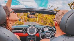 Al Ghazali dan Alysaa menikmati suasana Bali dengan mengendarai mobil. Tak hanya pantai indah yang dikunjungi, dua sejoli ini juga berkunjung ke tempat ikonik lainnya.  (Liputan6.com/IG/alyssadaguise)