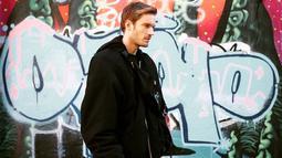 Gaya casual Felix ini pun terbilang cukup simpel. Menggunakan kaus berwarna hitam, ia memilih memadukan dengan jaket dan tas berwarna senada. (Liputan6.com/IG/@pewdiepie)