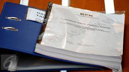 Dokumen laporan hasil penyelidikan  KPK yang diserahkan kepada Majelis Hakim Pengadilan Negeri Jakarta Selatan terkait dugaan korupsi mantan Wali Kota Makassar, Ilham Arief Sirajudin, Senin (6/7/2015). (Liputan6.com/Yoppy Renato)