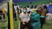 Seorang petugas pelayanan publik di Riau menerima vaksin Covid-19. (Liputan6.com/M Syukur)