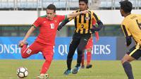Gelandang Indonesia U-19, Egy Maulana Vikri, berusaha melepaskan tendangan saat melawan Malaysia U-19 pada laga Kualifikasi Piala Asia U-19 2018 di Stadion Public, Paju, Senin (6/11/2017). Indonesia kalah 1-4 dari Malaysia. (AFP/Kim Doo-Ho)