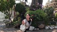 Nagita Slavina bergaya patung saat liburan ke Thailand (Dok.Instagram/@raffinagita1717/https://www.instagram.com/p/BvGb_-QH9Tz/)