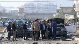 Personel keamanan dan penyelidik berkumpul di lokasi serangan bom mobil di Kabul, Afghanistan (13/11/2019). Setidaknya tujuh orang tewas dan tujuh lainnya luka-luka ketika sebuah bom mobil meledak pada jam sibuk pagi hari Kabul pada 13 November. (AFP/STR)