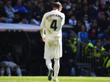 Kapten Real Madrid, Sergio Ramos, keluar lapangan usai mendapatkan kartu merah saat melawan Girona pada laga La Liga di Stadion Santiago Bernabeu, Madrid, Minggu (17/2). Madrid kalah 1-2 dari Girona. (AFP/Gabriel Bouys)