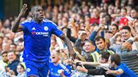 Pemain Chelsea, Kurt Zouma merayakan golnya ke gawang Arsenal di Stamford Bridge, Sabtu (19/9/2015). Chelsea keluar sebagai pemenang dengan skor 2-0. (Reuters/John Sibley)