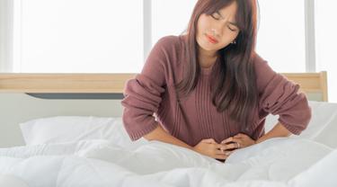 Gambar Ilustrasi Wanita Mengalami Kram Perut Saat Menstruasi