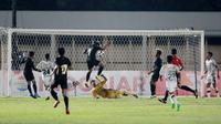 Penyerang Timnas Indonesia, Kushedya Hari Yudo, mencetak gol ke gawang Bali United pada laga uji coba di Stadion Madya, Minggu (7/3/2021). (Bola.com/ Ikhwan Yanuar Harun)