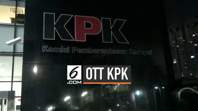 Uang sekitar 1 miliar rupiah dalam bentuk dolar Singapura disita petugas KPK dalam operasi tangkap tangan hari Rabu (31/7) malam di Jakarta.