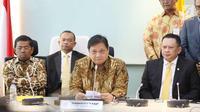 Ketum Partai Golkar Airlangga Hartarto (tengah) bersama Bambang Soesatyo (kiri) dan sekjen Golkar saat memberikan keterangan perihal ketua DPR RI di Gedung DPR, Jakarta, Senin (15/1). (Liputan6.com/Angga Yuniar)