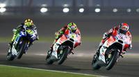 Valentino Rossi berduel dengan dua pebalap Ducati di Sirkuit Losail, Qatar ,(REUTERS/Fadi Al-Assaad)