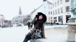 Pada tahun 2018, wanita cantik yang mengawali karirnya sebagai peragawati ini tengah menikmati dinginnya Denmark. Sembari menggunakan jaket tebal, Elvira pun terlihat menikmati momen liburannya. (Liputan6.com/IG/elviraelph)