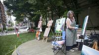 Seorang seniman mengerjakan karyanya dalam lomba lukis Art Masters di Vancouver, British Columbia, Kanada (22/7/2020). Mereka diharuskan menggunakan alat lukis nonkonvensional dan menyelesaikan karyanya dalam waktu satu jam. (Xinhua/Liang Sen)