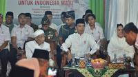 Presiden Jokowi temui Mbah Moen di Ponpes Al-Anwar Rembang. (Liputan6.com/Lizsa Egeham)