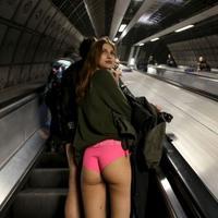 Demi menghibur, warga kota ini rela naik kereta tanpa mengenakan celana.