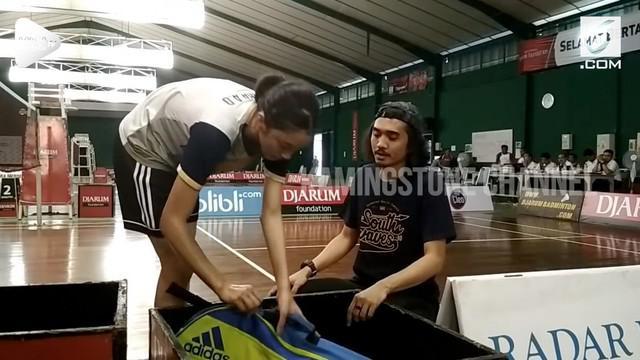 Duta 'Sheila On 7' dampingi sang putri bertanding badminton di Kudus, Jateng. Tak hanya menonton, Duta juga merangkap sebagai pelatih.