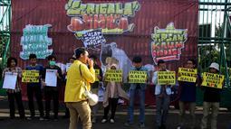 Sejumlah Mahasiswa berorasi saat melakukan Aksi di depan Gedung MPR/DPR Jakarta, Jumat (16/6). Dalam aksinya mereka menuntut Tolak Angket KPK. (Liputan6.com/Johan Tallo)