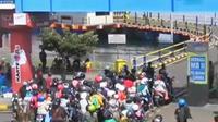 Ribuan kendaraan baik sepeda motor dan mobil pribadi harus menunggu hingga 3 jam, sebelum masuk ke parkir manuver Pelabuhan Gilimanuk.