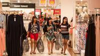 Senayan City ikut serta dalam program tahunan Festival Jakarta Great Sale 2017 dengan mengadakan midnight sale. Berikut keseruannya. (Liputan6.com/Gempur M Surya)