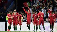 Pemain Portugal merayakan gol yang dicetak Cristiano Ronaldo ke gawang Swiss pada laga UEFA Nations League di Estadio Do Dragao pada Kamis (6/6) dini hari WIB. Portugal menang 3-1 atas Swiss. (AP/Martin Meissner)