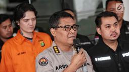 Kabid Humas Polda Metro Jaya Kombes Argo Yuwono memberikan keterangan saat rilis kasus Narkoba anak musisi Ahmad Albar, Ozzy Albar di Jakarta, Kamis (13/9). Ozzy ditangkap pada Selasa (11/9) dengan barang bukti ganja 2,66 gram (Liputan6.com/Faizal Fanani)