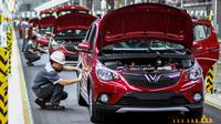 Pekerja merakit mobil di pabrik VinFast, Haiphong, Vietnam, Jumat (14/6/2019). VinFast merupakan produsen sekaligus mobil nasional (mobnas) asal Vietnam. (Manan VATSYAYANA/AFP)