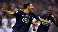 Striker Paris Saint-Germain, Zlatan Ibrahimovic, merayakan gol ke gawang Olympique Marseille pada final Coupe de France di Stade de France, Saint-Denis, Sabtu (21/5/2016). (AFP/Franck Fife)