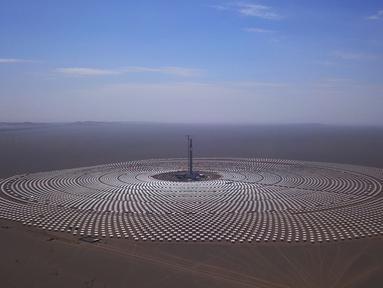 Pemandangan pembangkit listrik tenaga surya di Dunhuang, Provinsi Gansu, China, Minggu (2/9). Pembangkit listrik tenaga surya ini berkapasitas 100 Megawatt. (STR/AFP)