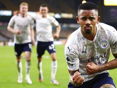 Striker Manchester City, Gabriel Jesus, melakukan selebrasi usai mencetak gol ke gawang Wolverhampton Wanderers pada laga Liga Inggris di Stadion Molineux, Senin (21/9/2020). Manchester City menang dengan skor 3-1. (Marc Atkins/Pool via AP)