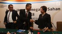 Direktur Programming SCM Harsiwi Achmad (kanan) bersalaman dengan Dirut PT Liga Indonesia Baru (LIB) Berlinton Siahaan usai memberi keterangan hasil RUPS PT LIB di Jakarta, Kamis (8/3). Liputan6.com/Arya Manggala)