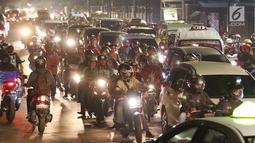 Sejumlah pemudik bersepeda motor memadati ruas Jalan Raya Kalimalang, Bekasi, Jawa Barat, Kamis (22/6). Situasi malam hari masih menjadi pilihan para pemudik yang menggunakan sepeda motor ke kampung halamannya. (Liputan6.com/Angga Yuniar)