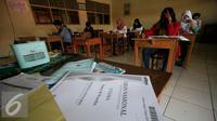 Suasana Ujian Paket B di SMP Muhammadiah Klaten,Yogyakarta (11/5). Ujian tersebut untuk mendapatkan ijazah setingkat SMP diikuti oleh 111 peserta. (Liputan6.com/Boy Harjanto)