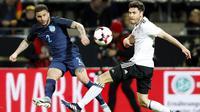 Bek Jerman, Jonas Hector, berusaha menghadang tendangan gelandang Inggris, Kyle Walker. Pada pertandingan tersebut Jerman menggunakan skema 4-2-3-1 sementara Inggris dengan formasi 3-4-2-1.(EPA/Friedemann Vogel)