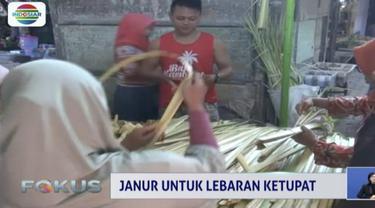 Sejak dua hari terakhir, para pedagang di Pasar Pon Jombang ramai-ramai beralih menjadi penjual janur dadakan.