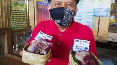 Kusmana, 62 tahun, salah satu panitia kurban HKTI Garut, Jawa Barat, menunjukan bungkus besek dari bambu untuk mendistribusikan daging kurban HKTI Garut.