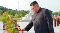Pemimpin Korea Utara Kim Jong Un saat mengunjungi pemakaman perang Martyrs Cemetery dari Relawan Rakyat China di Kabupaten Hoechang, Provinsi Phyongan Selatan (27/7). (KCNA/via AP Photo)