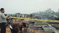 Seorang saksi melihat kepala keluarga yang istri dan dua anaknya terbakar, pergi terburu-buru dari rumah sebelum kejadian. (Liputan6.com/M Syukur)