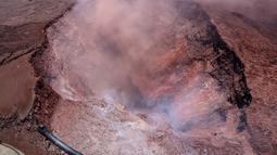 Abu vulkanik terlihat usai terjadinya letusan Gunung Kilaueaa di Hawaii, (3/5). Letusan gunung berapi tersebut membuat sedikitnya 10 ribu warga Hawaii dievakuasi. (Survei Geologi AS via AP)