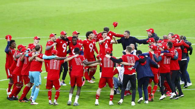 Para pemain Bayern Munchen merayakan gelar juara usai menaklukkan Moenchengladbach pada laga Liga Jerman di Allianz Arena, Sabtu (8/5/2021). Bayern Munchen menang enam gol tanpa balas. (AP/Matthias Schrader, Pool)