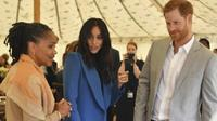 """Doria Ragland dan Pangeran Harry mendampingi Meghan Markel dalam peluncuran proyek amal yang digagas oleh Meghan, buku berjudul """"Together: Our Community Cookbook"""", di Istana Kensington, Inggris pada Kamis (20/9/2018). (Ben Stansall/Pool Photo via AP)"""