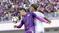 Striker PSS Sleman, Cristian Gonzales, duel udara dengan pemain Persita Tangerang pada laga Liga 2 di Stadion Benteng Taruna, Tangerang, Jumat (26/10/2018). Kedua tim bermain imbang 1-1. (Bola.com/M Iqbal Ichsan)