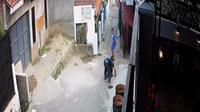 Tangkapan layar dari CCTV yang merekam detik-detik jamret ponsel bocah di Bandung. (Liputan6.com/Huyogo Simbolon)