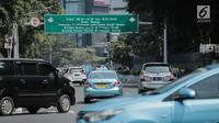Kendaraan melintas di kawasan Jalan Jenderal Sudirman, Jakarta, Rabu (31/7/2019). Gubernur Anies Baswedan menyampaikan sistem pembatasan kendaraan berdasarkan nomor polisi ganjil dan genap menjadi salah satu rencana Pemprov DKI Jakarta mengatasi polusi udara di Jakarta. (Liputan6.com/Faizal Fanani)