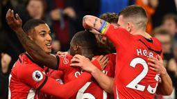 Para pemain Southampton merayakan gol yang dicetak Stuart Amstrong ke gawang Manchester United pada laga Premier League di Stadion St Mary, Southampton, Sabtu (1/12). Kedua klub bermain imbang 2-2. (AFP/Glyn Kirk)